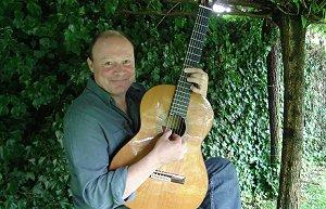 Nanno gitaar spelend in zijn tuin